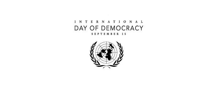 ہرسال 15ستمبرجمہوریت کے بین الا قوامی دن کے طور پرجمہوری اقدارکی اہمیت کو اجا گرکرنے اور جائزہ لینے کے لئے منایا جاتا ہے ۔اس سال عالمی یوم جمہوریت کا مرکزی عنوان تنازعات کی روک تھام اور جمہوری اداروں کومضبوط بنا نے کی اہمیت و ضرورت کی طرف توجہ دلانا ہے ۔آئین کی پاسداری ،جمہوریت، مساوات ،انسانی حقو ق کا فروغ اورقانون کی بالا دستی کیساتھ موثر معاشرے کا مطالبہ اور جامع جمہوری حکومت کا قیام اسی کا ایک مضبوط نقطہ نظر ہے ۔ متضاد معاشرے تنازعات کا حل مفاہمت دوسروں کی آراء کا خیال بات چیت کے کلچر کو فروغ اوراداروں کے تقدس و احترام کے ذریعے کرتے ہیں ۔مسائل کے حل اورمعاشرے میں امن برقرار رکھنے کیلئے بااثر تنازعات کی روک تھام کیلئے موثر لائحہ عمل کی اشدضرورت ہے ۔امن معاہدے ، انتخابات اور آئینی اصلاحات جیسے عوامل بڑھتے ہوئے تشدد کے منظم رجحانات میں کمی واقع کرسکتے ہیں ۔جمہوریت کو فروغ دینے ، سول سو سائٹی کو مضبوط کرنے ، خواتین، نوجوان اوراقلیتوں کو بااختیار کرنے ، معاشرے کے دوسرے کمزور حصوں کو مضبوط بنانے اورقانون کی بالا دستی رکھنے میں مضبوط مخلص ایماندار اور قابل قیادت ذیادہ مددگارثابت ہوسکتی ہے ۔2030کے پائیدار ترقی کا ایجنڈا، پرامن معاشرہ ، احتساب اورباہمی اداروں کے درمیان غیرمنسلک روابط کو تسلیم کرنا اور جمہوری ترقی کا متقاضی ہے ۔مساوی حقوق ، آزادی اظہار ،انسانی حقوق کا احترام ، قابل نظام حکومت ،عدلیہ کی آزادی ، احتساب ، انصاف ،شفافیت ، لوگوں ابتدائی سطح سے بااختیار اورمہذب بنانااور دوردراز دیہی علاقوں میں حقیقی انتخابات کا انعقاد کراناعالمی سطح کے جمہو ری عناصر ہیں ۔ اس کے نتیجہ میں جمہوریت عوام کاتحفظ اور موثر احساس کیلئے معاون ماحول فراہم کرتی ہے جمہوریت اور انسانی حقو ق کے درمیان رابطہ انسانی حقوق کے اعلامیہ کے (3) 21کے ضمرے میں آتا ہے جس کے تحت عوام کی مرضی حکومت کے اختیار کی بنیاد ہوگی اور اسکا اظہار دور دراز علا قوں میں حقیقی انتخابات کے ذریعے کیا جائے گا۔ مزید برآں انسانی حقوق اور دولت کی مساویانہ تقسیم کے ساتھ ساتھ لوگوں کو سیاسی حقوق تک رسائی دینا جمہوریت کے ضروری عناصر ہونگے۔پاکستان کا آئین واضح طور پر آئین کی بالا دستی ، قانون کی حکمرانی، عدلیہ کی آزادی اور مساویانہ شہریت کی ضمانت دیتا ہے ۔پاکستان کے آئین کا آرٹیکل 8جوکہ بنیادی حقوق کے باب کا ابتدائی آرٹیکل ہے و